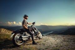 Rowerzysta opiera na motocyklu obrazy royalty free