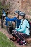 Rowerzysta para bierze selfie od telefonu komórkowego zdjęcie stock