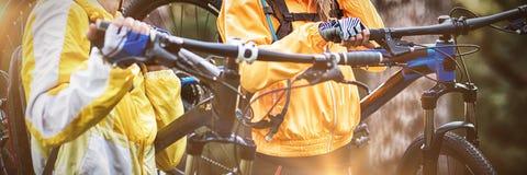 Rowerzysta pary przewożenia rower górski zdjęcie stock