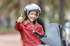 Rowerzysta patrzeje ciebie z kciukiem w górę outside zdjęcia royalty free