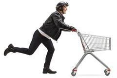 Rowerzysta pcha pustego wózek na zakupy obraz royalty free