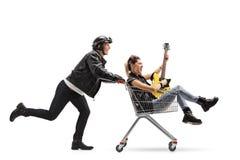 Rowerzysta pcha wózek na zakupy z punkową dziewczyny jazdą inside obrazy stock