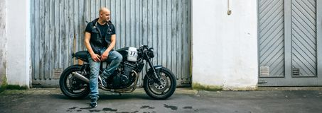 Rowerzysta pozuje z motocyklem obrazy royalty free