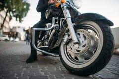 Rowerzysta pozy na motocyklu, frontowy widok od ziemi zdjęcia stock