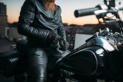Rowerzysta pozy na motocyklu w mieście na zmierzchu obraz stock