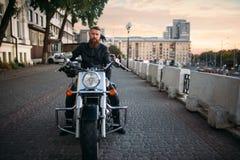 Rowerzysta pozy na siekaczu w mieście, frontowy widok zdjęcia royalty free