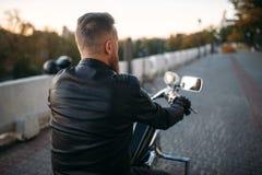 Rowerzysta pozy na siekaczu w mieście, frontowy widok obraz stock