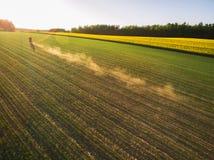 Rowerzysta przejażdżki w rolnictw polach w lecie zdjęcie royalty free