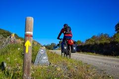 Rowerzysta Przez przy De Los angeles Plata sposobem Andalusia Hiszpania Obrazy Stock