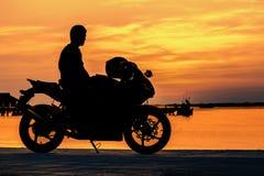 Rowerzysta przy zmierzchem zdjęcie stock