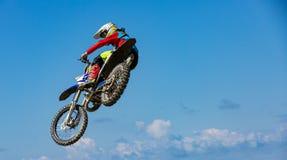 Rowerzysta robi sztuczce i skacze w powietrzu Kra?cowy poj?cie, adrenalina kosmos kopii cloud chmurnego t?o 1 niebo obraz royalty free