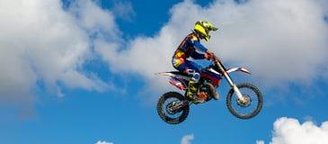 Rowerzysta robi sztuczce i skacze w powietrzu Kra?cowy poj?cie, adrenalina kosmos kopii cloud chmurnego t?o 1 niebo zdjęcie stock
