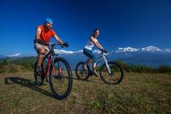 Rowerzysta rodzina w himalaje górach fotografia royalty free