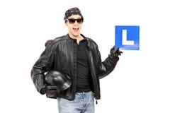 Rowerzysta trzyma L znak Zdjęcia Stock