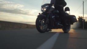 Rowerzysta tworzy mnóstwo dym z motocyklem na drodze przy zmierzchem, zwolnione tempo zbiory wideo