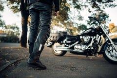 Rowerzysta w skór ubraniach iść jego siekacz zdjęcia royalty free