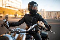 Rowerzysta w skórzanej kurtce i hełm z naliczkiem zdjęcie stock
