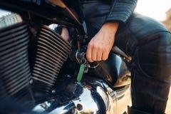 Rowerzysta wkłada klucz w zapłonie siekacz zdjęcie stock