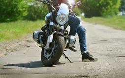 Rowerzysta zatrzymuje i siedzi na jego motocyklu obrazy stock