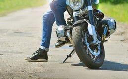 Rowerzysta zatrzymuje i siedzi na jego motocyklu obraz royalty free