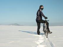 Rowerzysty dosunięcia rower górski na śniegu dryfie Mróz zimy pogodna pogoda Rowerzysta pcha rower w głębokim śniegu zdjęcie stock