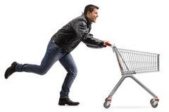 Rowerzysty dosunięcie i bieg pusty wózek na zakupy obraz stock