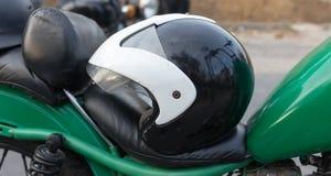 Rowerzysty hełm na motocyklu zdjęcia stock