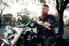 Rowerzysty obsiadanie na motocyklu, klasyczny siekacz zdjęcia royalty free