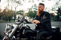 Rowerzysty obsiadanie na motocyklu, klasyczny siekacz fotografia royalty free