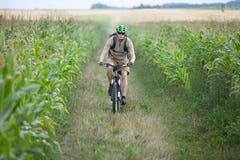 rowerzysty pola uprawnego jazda Zdjęcie Royalty Free