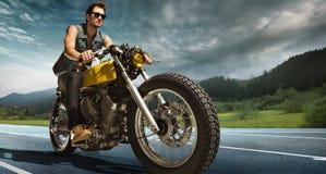Rowerzysty siedzenie na motocyklu zdjęcie stock