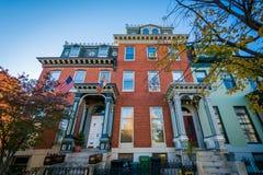 Rowhouses en de herfstkleur dichtbij Franklin Square, in Baltimore, M Royalty-vrije Stock Afbeeldingen