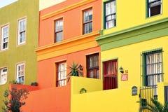 Rowhouses urbanos multicolores pintorescos Foto de archivo libre de regalías