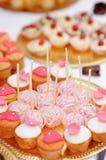 Różowi wystrzałów torty, babeczki i Zdjęcie Stock