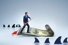 Rowing бизнесмена на шлюпке доллара в концепции дела финансовой Стоковые Фото