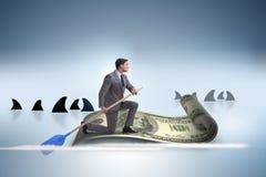 Rowing бизнесмена на шлюпке доллара в концепции дела финансовой Стоковое Изображение