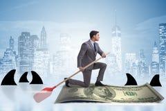 Rowing бизнесмена на шлюпке доллара в концепции дела финансовой Стоковые Фотографии RF