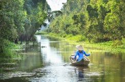Rowing женщины на стране реки Стоковое фото RF