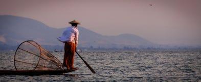 Rowing рыболова озера Inle с ногой Стоковые Изображения