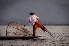 Rowing рыболова озера Inle с ногой Стоковое Изображение RF
