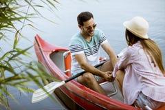 Rowing cariñoso de los pares en el lago fotos de archivo libres de regalías