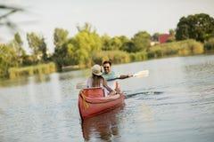 Rowing cariñoso de los pares en el lago imágenes de archivo libres de regalías