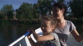 Rowing de la madre y de la hija en el barco almacen de video