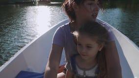 Rowing de la madre y de la hija en el barco almacen de metraje de vídeo