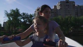 Rowing de la madre y de la hija en el barco metrajes