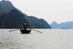 Rowing de la mujer en un barco Fotografía de archivo
