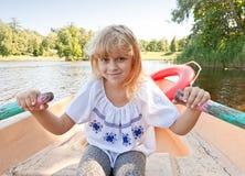 Rowing de la niña en el barco Fotos de archivo libres de regalías