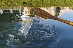 Rowing de la paleta en el agua Imagen de archivo libre de regalías