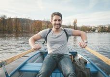 Rowing del hombre en el río fotos de archivo