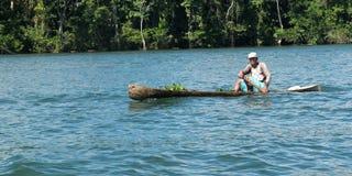 Rowing del hombre en un cobertizo. Imagenes de archivo